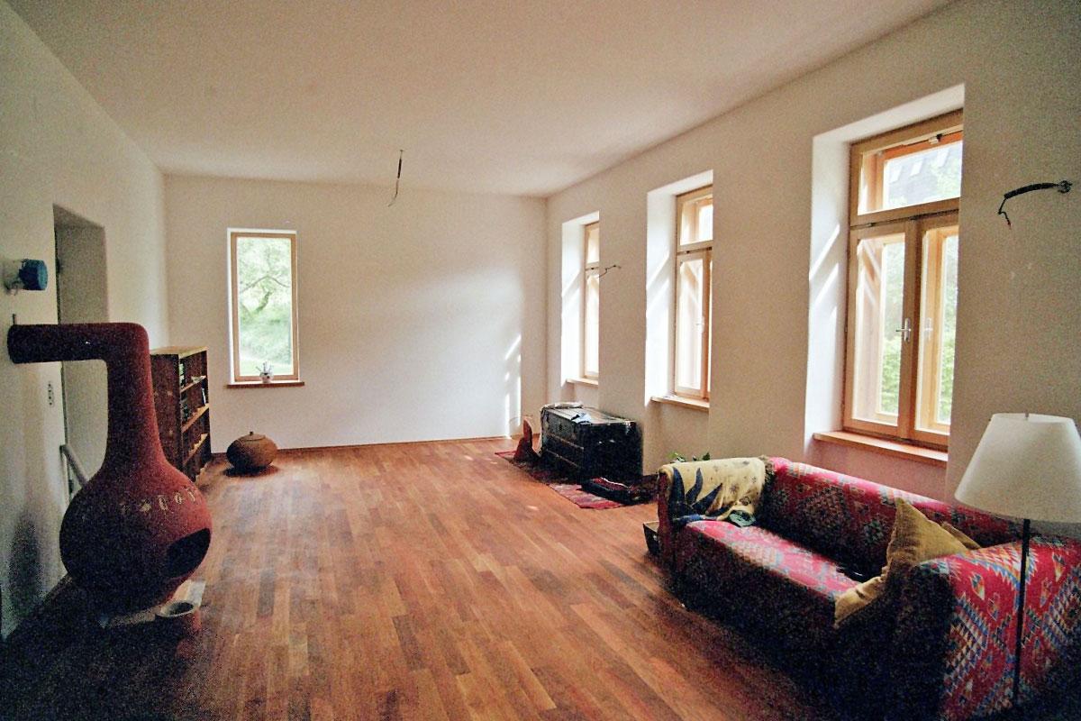 082-12_ATOS_Sanierung-Harold-and-Maude-Bisamberg--Wohnraum-mit-Lärchenkastenfenstern