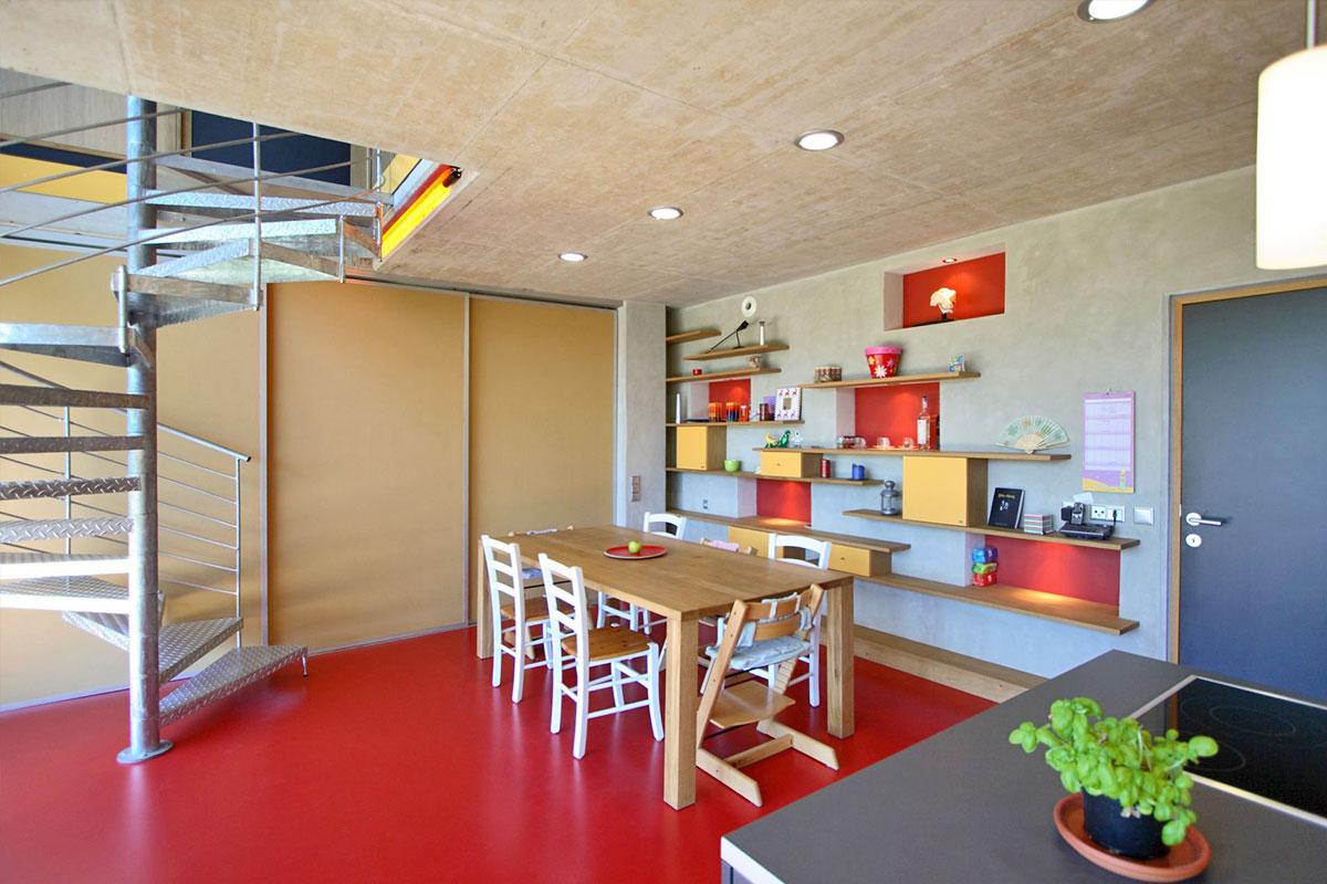 154-10_ATOS_Passivhaus-Aluminium-Betongraue-Lasur-im-Kontrast-zu-kraeftigen-Farben
