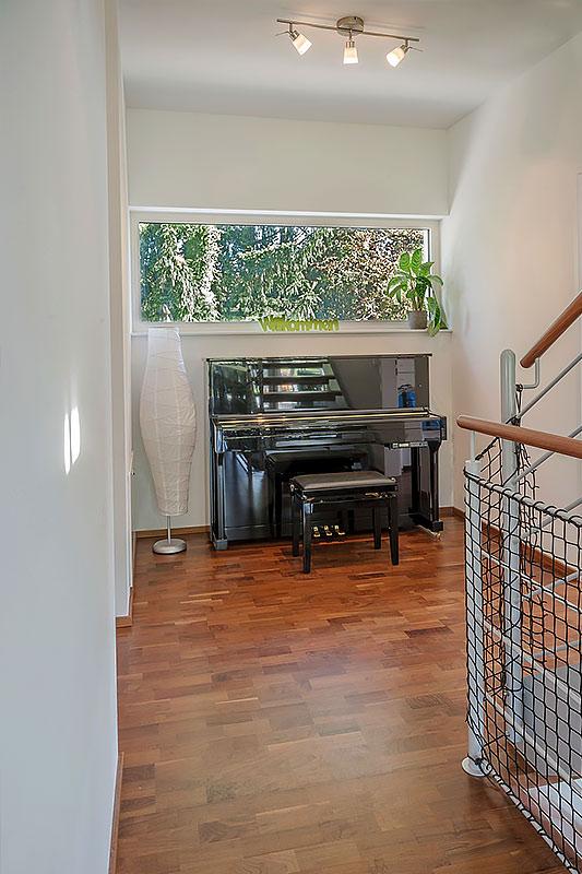 209-25-ATOS--Haus-Hagenbrunn-Klavierspielen-mit-Blick-ins-Grüne