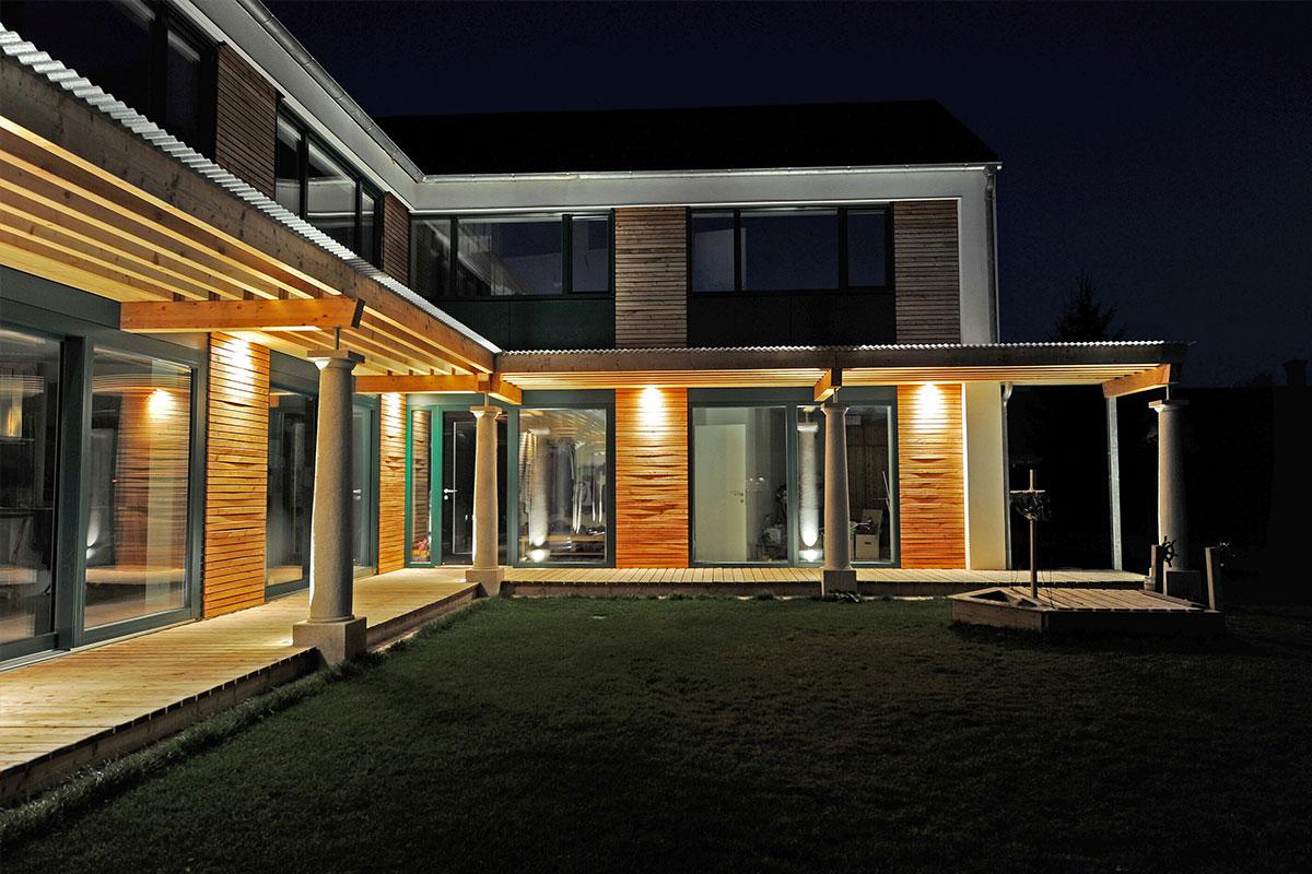 214-05_ATOS_Strohballenpassivhaus-Breitenwaida_-Laubengang-nachts