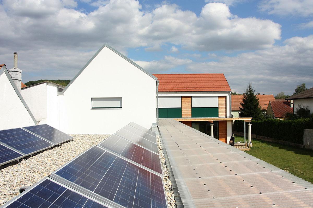 214-10_ATOS_Strohballenpassivhaus-Breitenwaida_Solartechnik-nicht-störend