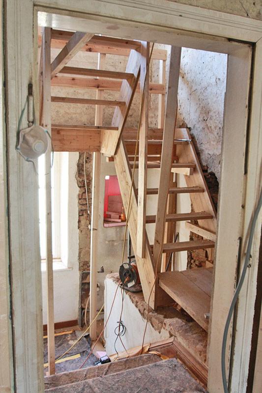 316-18_ATOS_Sanierung-und-Dachgeschossausbau-Waidhofen--Stiegenhaus-vom-Wohnraum-aus